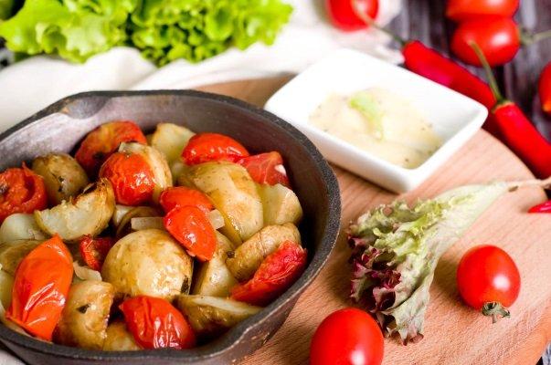Печеный картофель с помидорами