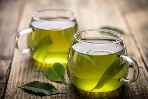 Две кружки зеленого чая