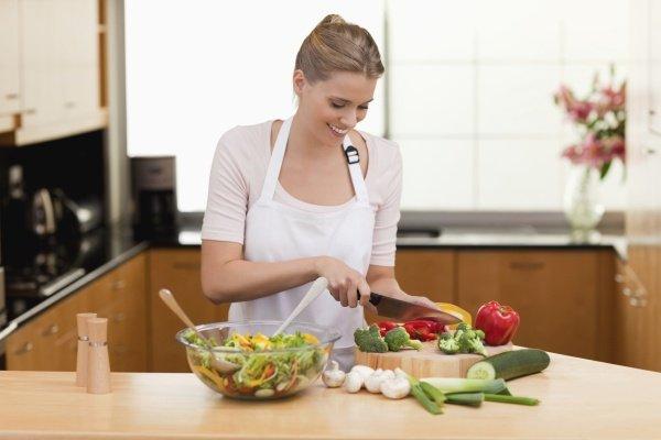 Режет овощи